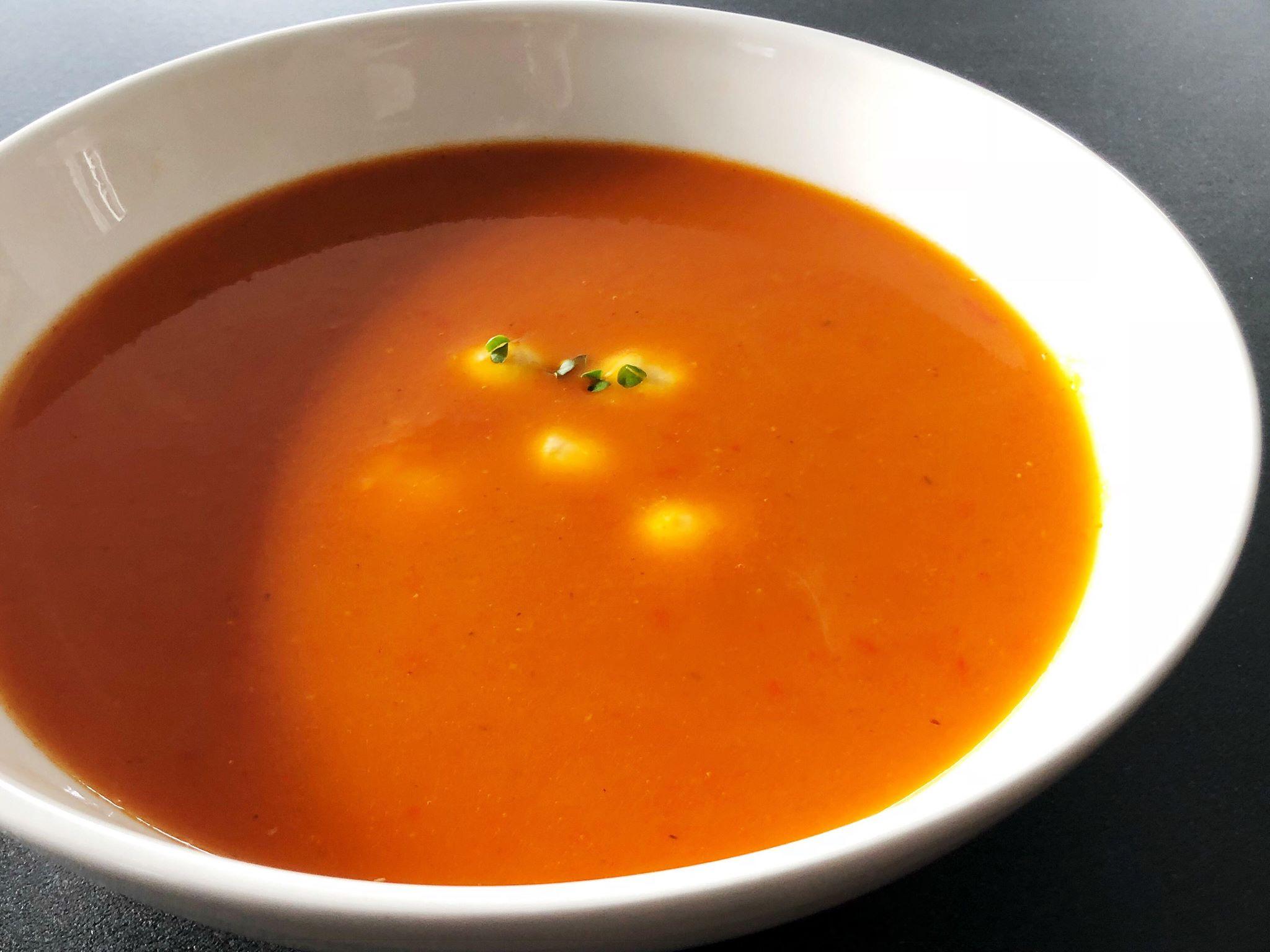 Zoete paprikasoep met mozzarella