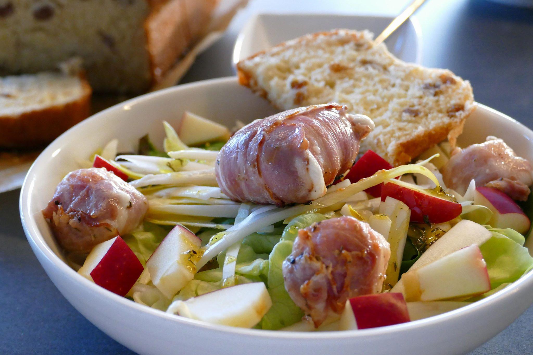 Salade geitenkaas met honing-mosterddressing en rozijnenbrood