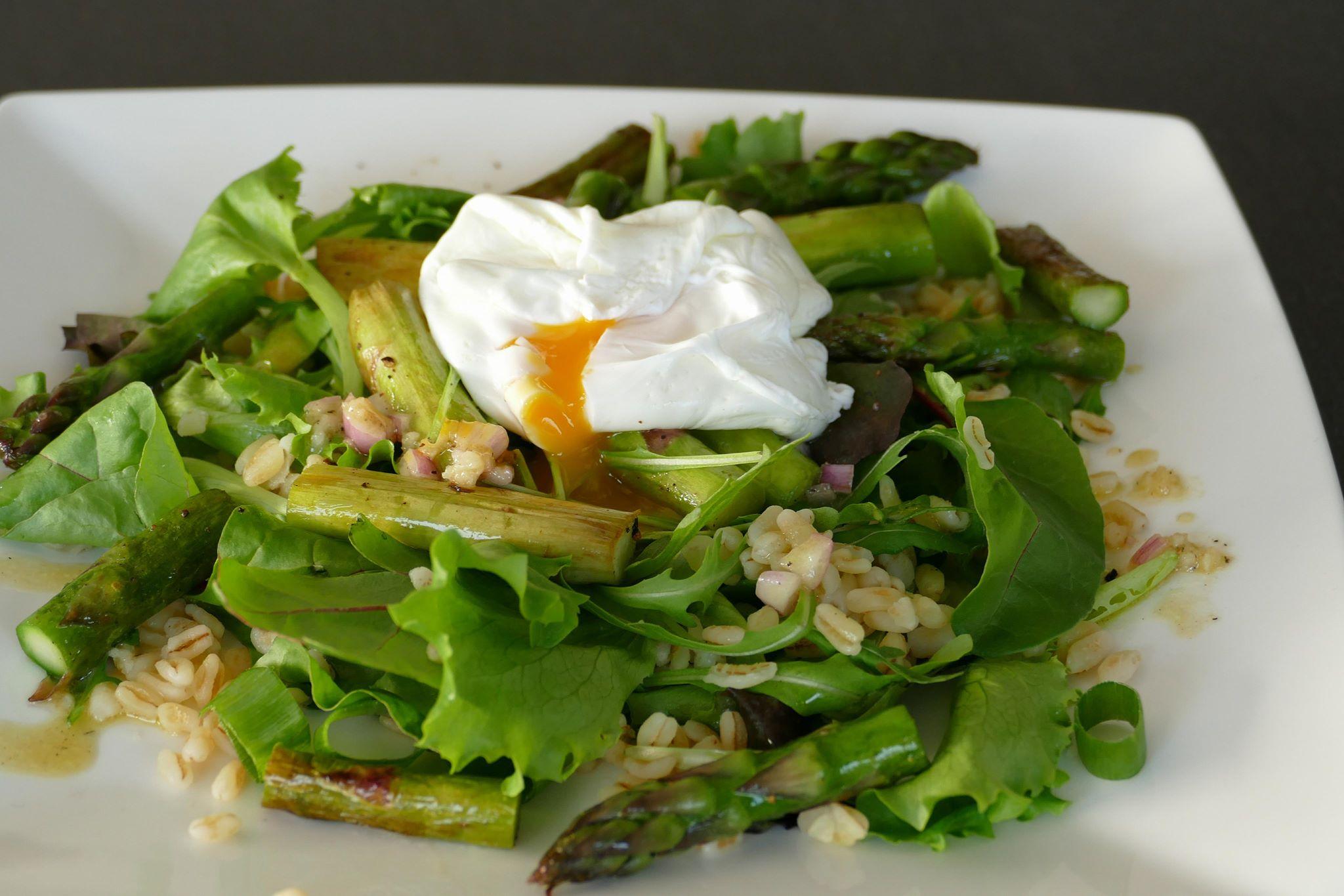 Slaatje met groene asperges, tarwe en een gepocheerd eitje