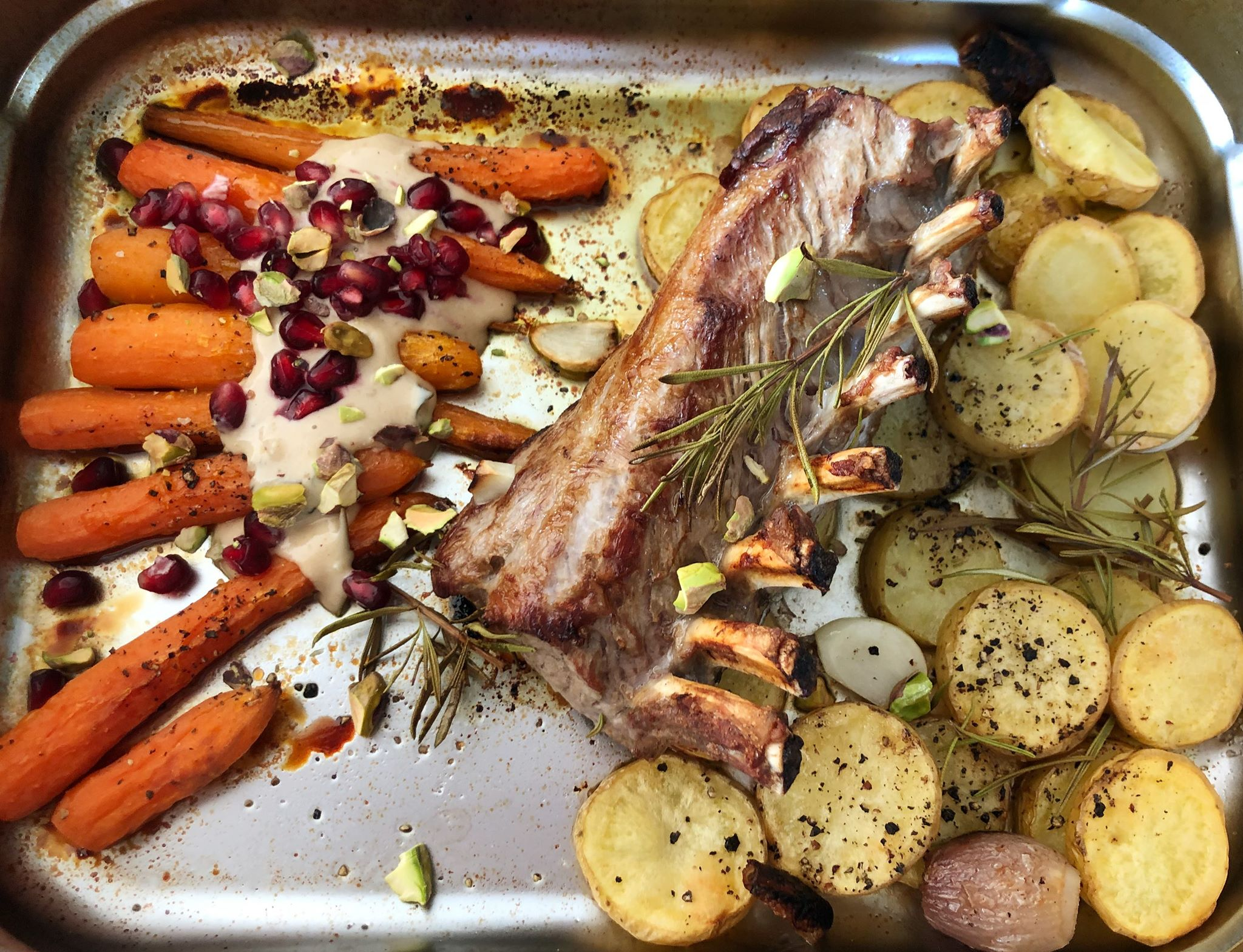 Lamskroon met worteltjes en aardappelschijfjes in de oven