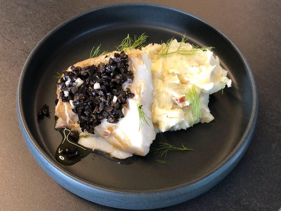 Kabeljauw met venkelpuree en zwarte olijven