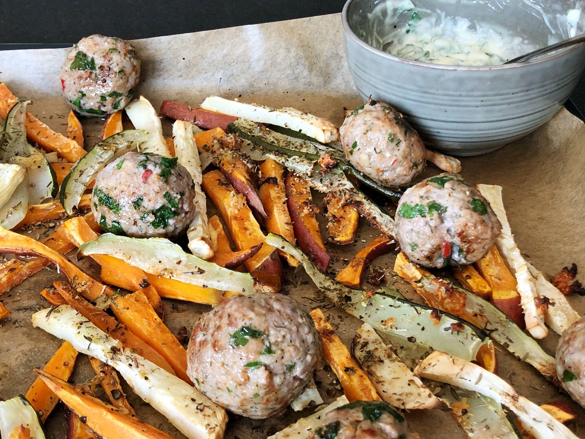 Groentefrietjes met pittige gehaktballetjes en basilicummayonaise