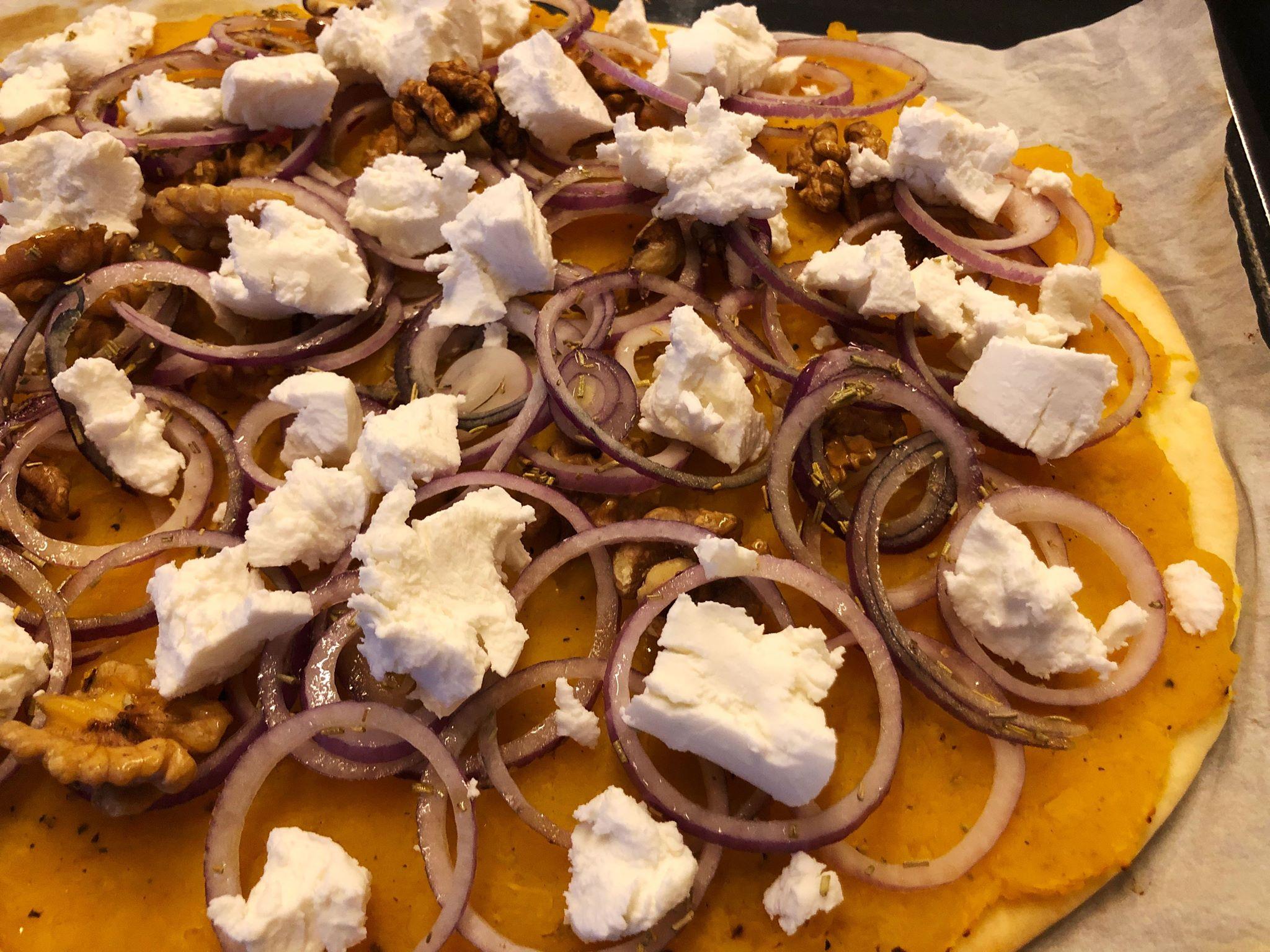 Pizza met pompoen, geitenkaas en walnoten