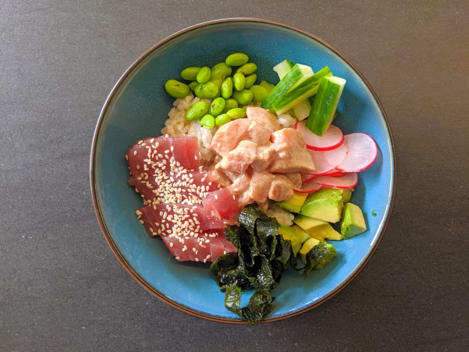 Poké bowl met zalm en tonijn
