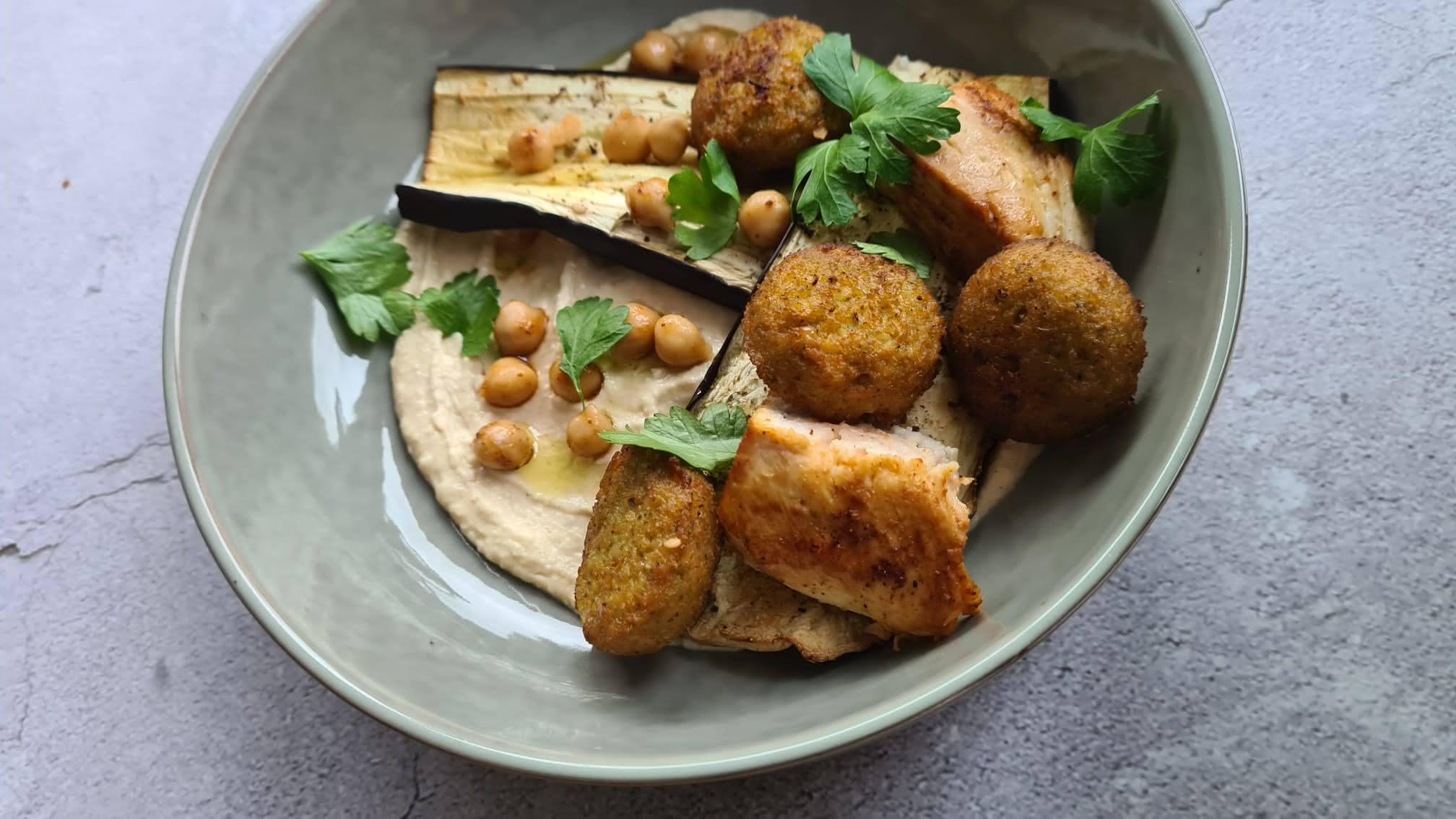 Falafelbowl met aubergine en kip